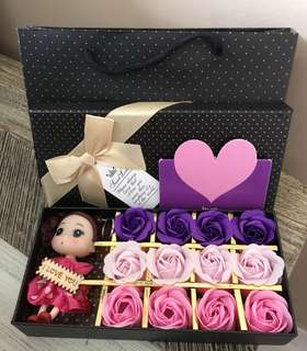 🎁Handmade flower soap roses gift box🎁IDEAL GIFT FOR VALENTINE'S DAY/BIRTHDAY/ANNIVERSARY/MOTHER'S DAY 🎁 12 stalks of scented roses 🌹+ a doll keychain *FREE greeting card upon request* Do refer to photos (real actual photos taken!)👌🏻