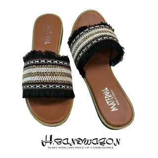 【H.BANDWAGON】民族風彩色布面交叉編織金鍊流蘇寬版一字平底拖鞋 涼鞋