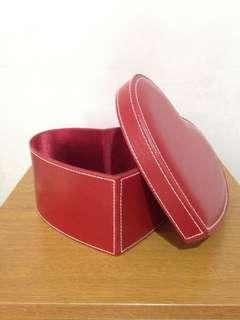Heart-shaped make-up box