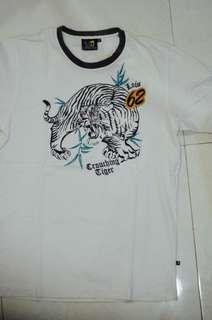 Kaos dengan motif macan