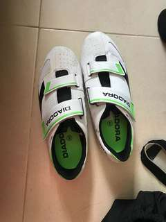 Clipless shoe
