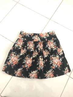 Floral skirt - size s / 8 - fully lined black flowers has pockegs