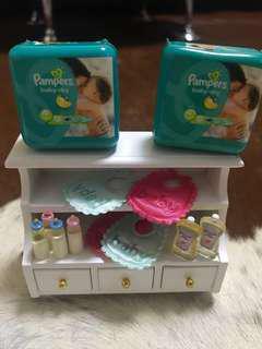 迷你BB柜及嬰兒用品,有1包紙尿片、口水肩、四個奶樽、BB油1支、櫃桶可開可放迷你BB衫褲等衣服