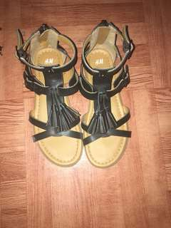 Sepatu sendal Hnm