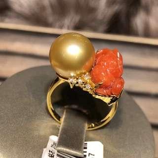 新款11.5-12mm天然色南洋金珠。18K金鑽石珊瑚花鑲嵌.金重2.88克.3釐鑽石23粒.1.3份鑽8粒.珠子皮光細膩.正圓濃金一個小點.特價¥7600帶走不議價.顏色支持任何機構檢測。