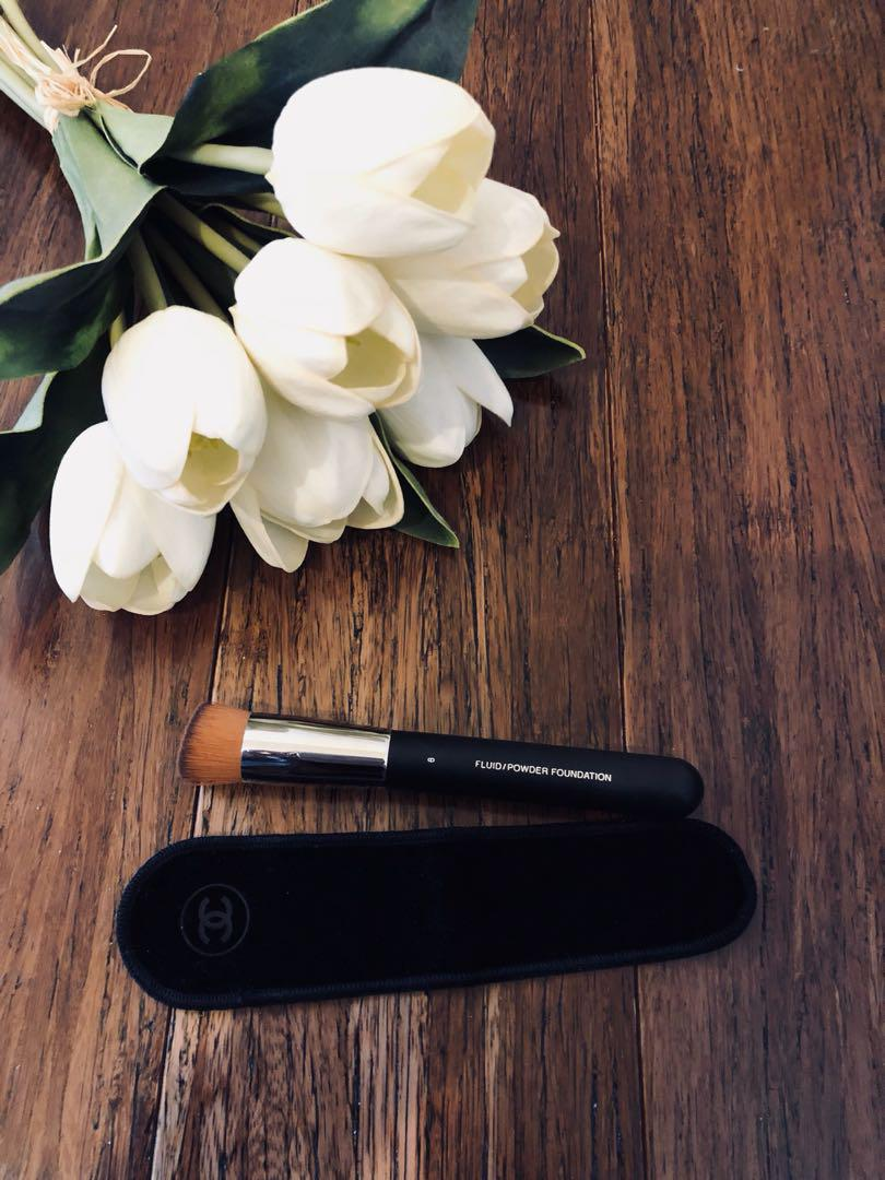 Chanel 2 in 1 Foundation Brush Fluid and Powder, ideal for all types of Foundation. A birthday present, never used.