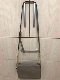 🚚 (降價)Michael Kors Jet Set 防刮皮革金鏈斜背立體方包-(大-沙褐色)