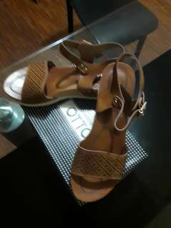 one  brown sandals/ one balack an inch elevated slipper sanfals