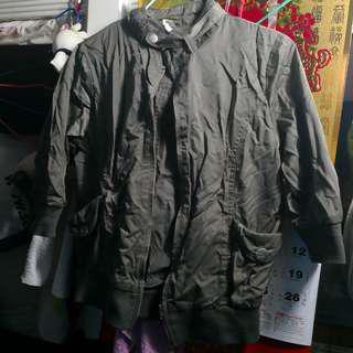 灰密綠色短外套