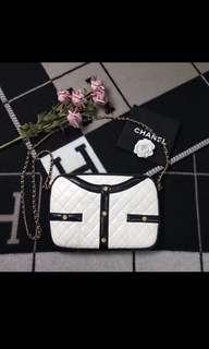 Chanel黑白衣服包