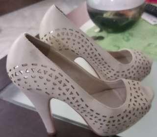 Second hand ladies sandals