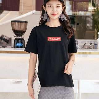 糖衣日系【全新商品】韓系簡約休閒款百搭自然風純色英文字母徽章設計棉質短袖T恤-2色 4碼