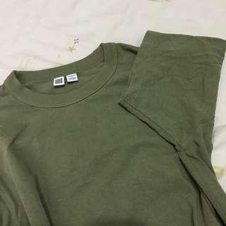 🚚 Uniqlo U系列 圓領橄欖綠 男版 XS號
