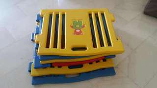 Collapsible plastic crib