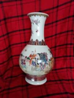 大清乾隆年制粉彩瓶33公分高。Qing era famille rose vase