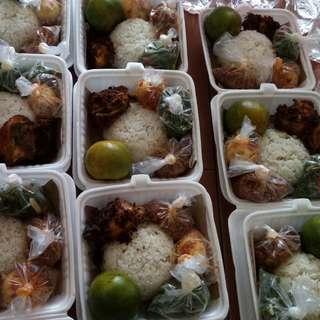 1Paket Nasi, Ayam, telor balado, tempe oreg, sayur