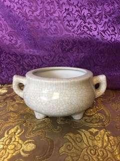 White & grey cracking lines design porcelain 3 legs incense burner