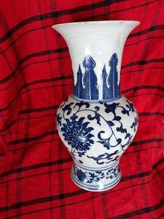 明官窯款青花瓶30 公分。