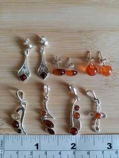 一手7件天然琥珀 鑲嵌純銀托: 三對耳環 , 四個吊咀 ,清貨價出售