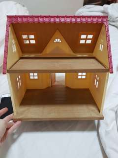 Used slyvanian families cottage house but still in very good condition. Comes with the house only. No accessories