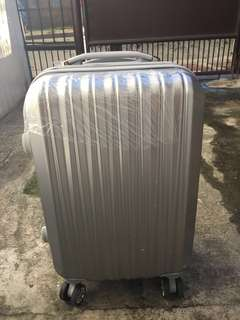 Luggage bag (No scratches and with plastic cover)