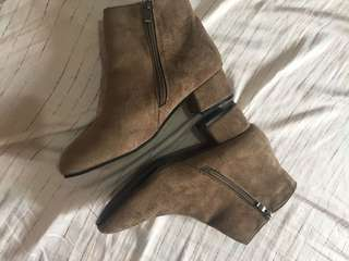 🌸Brand New Velvet boots Mid high