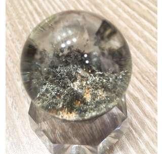 {💝出清回饋價}~招正財-綠幽靈水晶球 晶體清透 約3.6cm(含壓克力座)