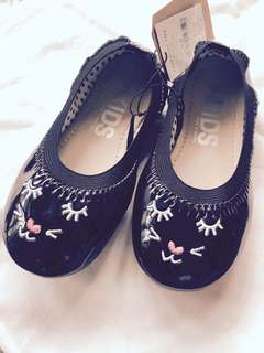Brand name Cotton On kids black cat pattern leather ballerina
