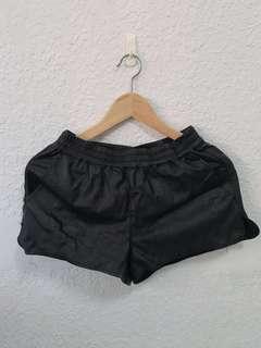 🚚 H&M 皮短褲