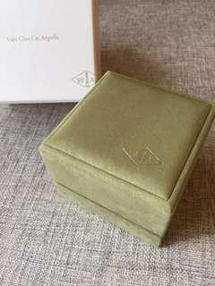 Van Cleef & Arpels 綠色絨盒戒指盒