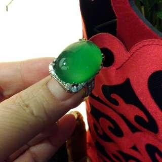 收藏大蛋面綠精靈玉戒指。925銀檯鑲鋯石。黃金式鑲法活圍。巴洛克設計。最後一支割愛。請參考賣場售價。