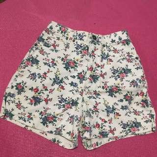 Highwaisted floral shorts.