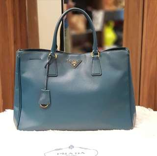 Prada Saffiano Medium Tote Bag ❤️MARK DOWN SALE P36k ONLY❤️ ✖️✖️P39k✖️✖️ In excellent condition With dustbag Swipe for detailed pics  Cash/card/layaway accepted