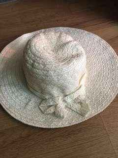 Topi lebar 37cm warna cream