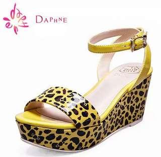 🚚 Daphne/達芙妮甜美Hello Kitty系列豹紋坡跟露趾涼鞋 挑戰最低價 任選3雙免運費