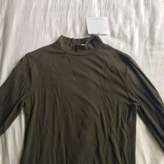 Bnwt ribbed army green turtle neck