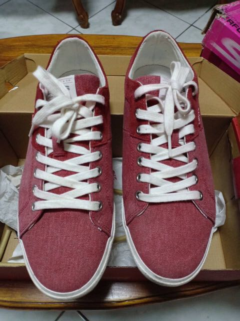 3c94dd46 Levi's Woods Canvas Microfiber Sneakers - RED (2nd hand) on Carousell