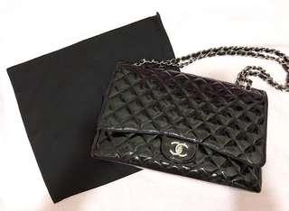 Chanel maxi jumbo large size handbag 33 cm black colour patent leather 100% authentic 90% new  罕有香奈兒最大款黑色銀扣銀鏈漆皮手袋 可上膊+側咩+斜咩 最方便多用途款  有香港著名二手店收據,麈袋,貼紙  議價不回 只限葵興交收