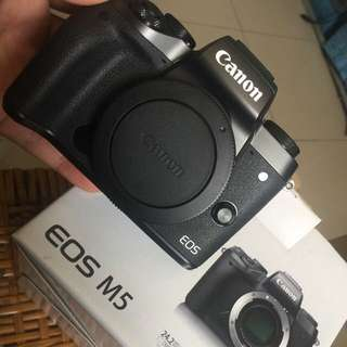 🚚 Canon eos m5 - like new - warranty up to 12-2018
