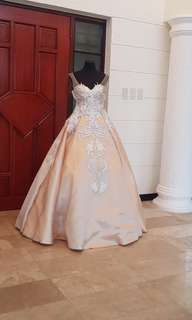 Wedding gown with complete accesories.
