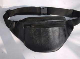 Leather waist bag hitam