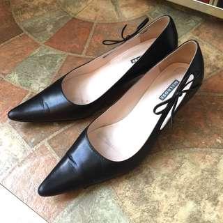 🚚 二手出清~百貨專櫃品牌 MELROSE 側邊蝴蝶結飾黑色真皮低跟鞋/尖頭鞋/皮鞋/尖頭高跟鞋(24)