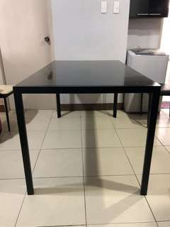 SELLING DINNER TABLE GOOD FOR 6 PEOPLE