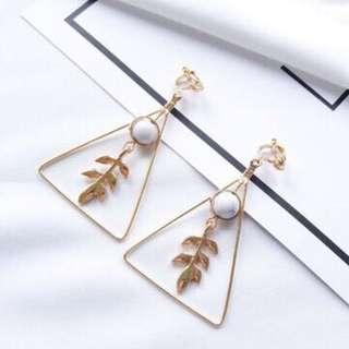 🚚 [首爾x印象]金屬造型葉幾何三角夾式耳環