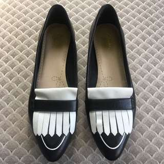 BLACK AND WHITE CLARKS SOMERSET FRINGE LOAFERS