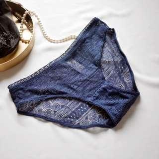 🚚 UnderWar歐美風格_餘溫2_柔軟透氣棉質縷空性感低腰內褲 三角褲 藍色