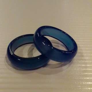少有古收藏品。藍色哦~藍色哦!藍精靈玉戒指。二支一起分享