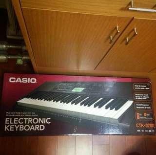 CASIO CTK-320)含 琴袋 琴架 樂譜 原裝盒 及usb小夜燈
