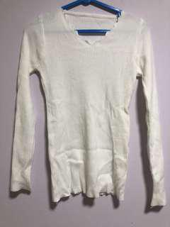 White knitted pullover