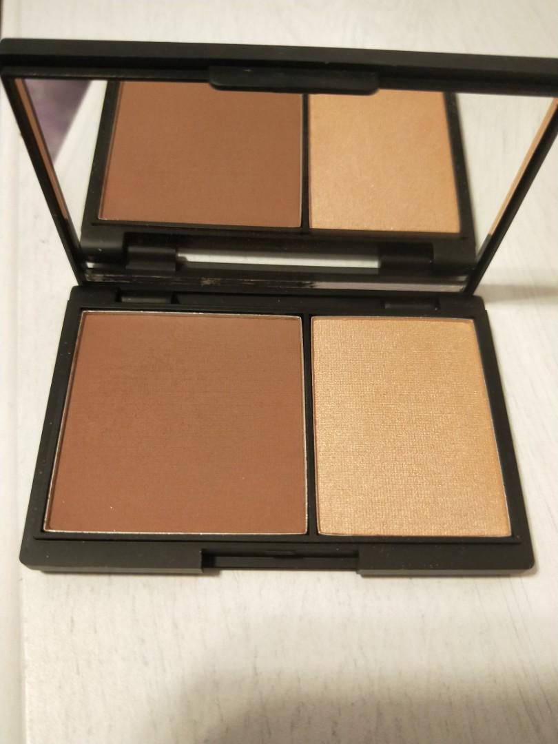 Sleek contour and highlighter in one
